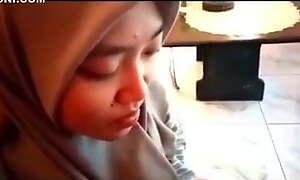 Jilbab Abu Abu Dipaksa Nyepong